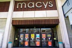 Luty 28, 2019 Sunnyvale, CA, usa/- Zewnętrzny widok Macy sklep wokoło zamykać; znaki reklamuje wysokość rabaty umieszczających obraz stock