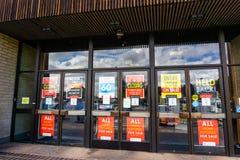 Luty 28, 2019 Sunnyvale, CA, usa/- Zewnętrzny widok Macy sklep wokoło zamykać; znaki reklamuje wysokość rabaty umieszczających obrazy royalty free