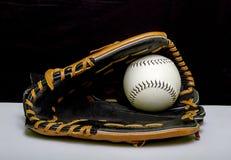 Luva de basebol com basebol branco Imagens de Stock