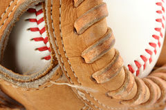 Luva de basebol com macro da esfera imagem de stock
