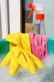 Luva de borracha, pano molhado, garrafa do pulverizador, água ensaboada Foto de Stock Royalty Free