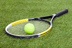 Luva de couro com basebol e bastão no passo verde Fotografia de Stock Royalty Free