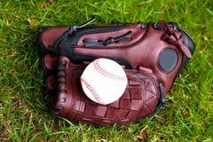 Luva e esfera de basebol fotos de stock