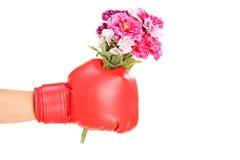 Luva e terra arrendada vestindo de encaixotamento da mão masculina um o grupo de flores Foto de Stock Royalty Free
