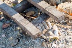 A luva foi deixada ao lado de uma pilha da madeira Imagens de Stock Royalty Free