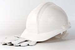 Luvas brancas do chapéu duro e da proteção Fotos de Stock Royalty Free