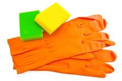 Luvas de borracha alaranjadas com esponjas Imagem de Stock Royalty Free