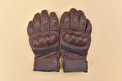 Luvas de couro marrons bronzeados para montar uma motocicleta ou uma bicicleta Imagens de Stock Royalty Free