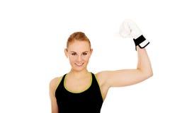 Luvas de encaixotamento brancas vestindo da mulher da aptidão do encaixotamento Imagem de Stock