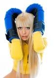 Luvas de encaixotamento desgastando Scared da mulher fotografia de stock