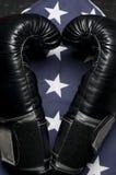 Luvas de encaixotamento na bandeira dos E.U. Imagem de Stock