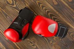 Luvas de encaixotamento vermelhas e pretas na madeira fotografia de stock royalty free