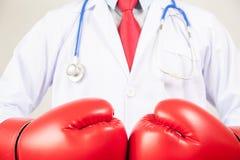 Luvas de encaixotamento vestindo do doutor no fundo branco Fotos de Stock Royalty Free