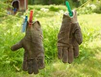 Luvas de jardinagem sujas Fotografia de Stock Royalty Free