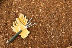 Luvas do Mulch e do jardim Foto de Stock Royalty Free
