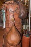 Luvas do pugilista do esporte do vintage e saco de perfuração de couro Foto de Stock