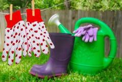 Luvas e acessórios de jardinagem fotografia de stock royalty free