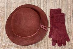 Luvas e chapéu vermelhos Fotografia de Stock Royalty Free