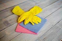 Luvas e panos amarelos para limpar Fotografia de Stock