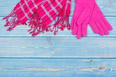 Luvas e xaile de lã para a mulher em placas azuis, a roupa feminino para o outono ou o inverno, espaço da cópia para o texto imagem de stock royalty free