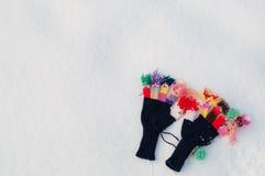 Luvas feitas malha de lã na neve Imagem de Stock Royalty Free