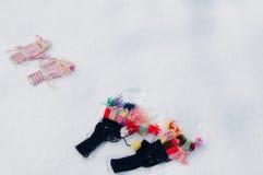 Luvas feitas malha de lã na neve Imagem de Stock