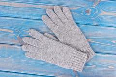 Luvas femininos de lã para o outono ou o inverno em placas azuis idosas imagem de stock