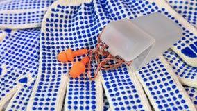 Luvas finas do trabalho com espinhas, os respiradores e as tomadas azuis da orelha em uma superfície de giro, video estoque