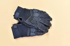 Luvas pretas do couro e da matéria têxtil para montar uma motocicleta ou um bicy Foto de Stock Royalty Free