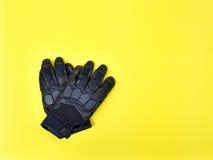 Luvas pretas do couro e da matéria têxtil para montar uma motocicleta ou um bicy Fotos de Stock Royalty Free