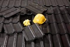 Ferramentas da construção em telhas de telhado Imagens de Stock