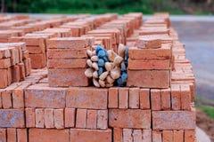 Luvas usadas calçadas os tijolos vermelhos Imagem de Stock