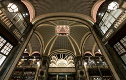 Lux Cinema en el estilo del art déco, centro comercial de gama alta, Galleria San Federico en Turín, Italia foto de archivo libre de regalías