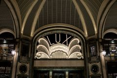 Lux Cinema i art décostilen, hög-slut shoppinggalleria, Galleria San Federico i Turin, Italien royaltyfria bilder