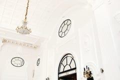 Luxe binnenlandse zaal met kroonluchter royalty-vrije stock foto
