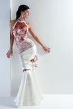 Luxe Braut im Forminstallationskleid Stockbild