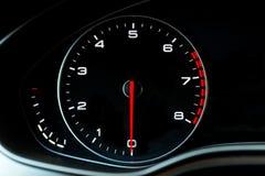 Luxe car& x27; s dasboard deel - tachometer Stock Afbeelding