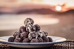 Luxe, chocolats foncés de valentines sur un panier de pique-nique pendant le coucher du soleil romantique photos libres de droits