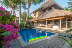 Luxe, classique, et villa privée de style de Balinese avec la piscine extérieure Photo libre de droits
