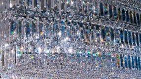 Luxe Crystal Chandelier Sluit omhoog op het kristal van een contempo stock foto