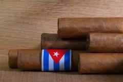 Luxe Cubaanse sigaren op het houten bureau Royalty-vrije Stock Afbeelding