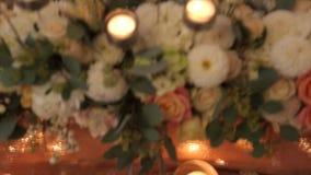 Luxe, de decoratiehuwelijk van het manierhuwelijk, huwelijkslijst, restaurant Kaarsen, glazen, glans, kleurenclose-up stock footage