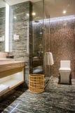 Luxe ensuite vijfsterrenbadkamers in slaapkamer Stock Foto's