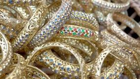 Luxe gouden toebehoren in Thaise oude stijl met huwelijksvrouw stock footage