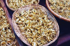 Luxe gouden toebehoren in Thaise oude stijl met huwelijksvrouw stock afbeeldingen