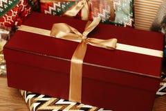 Luxe grote rode huidige doos met gouden lint op achtergrond van s Stock Foto