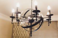 Luxe het dure kroonluchter hangen onder plafond in paleis stock foto