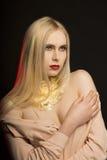 Luxe jong model met lang blondehaar en gouden folie op haar Royalty-vrije Stock Fotografie