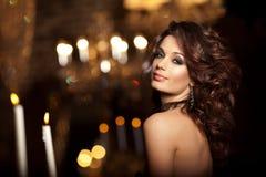 Luxe jonge vrouw in duur binnenland Meisje met onberispelijke mak stock fotografie