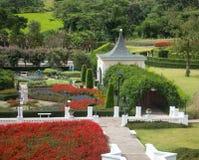 Luxe losgemaakt huis met schoonheids groen gazon royalty-vrije stock afbeeldingen
